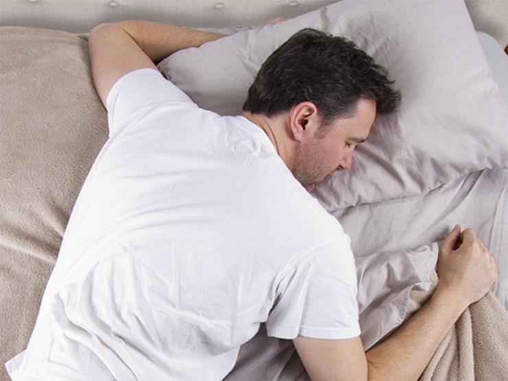 بالصور اسباب التعرق اثناء النوم عند الرجال , اسباب التعرق الليلي عند الرجال وعلاجها 2554 2