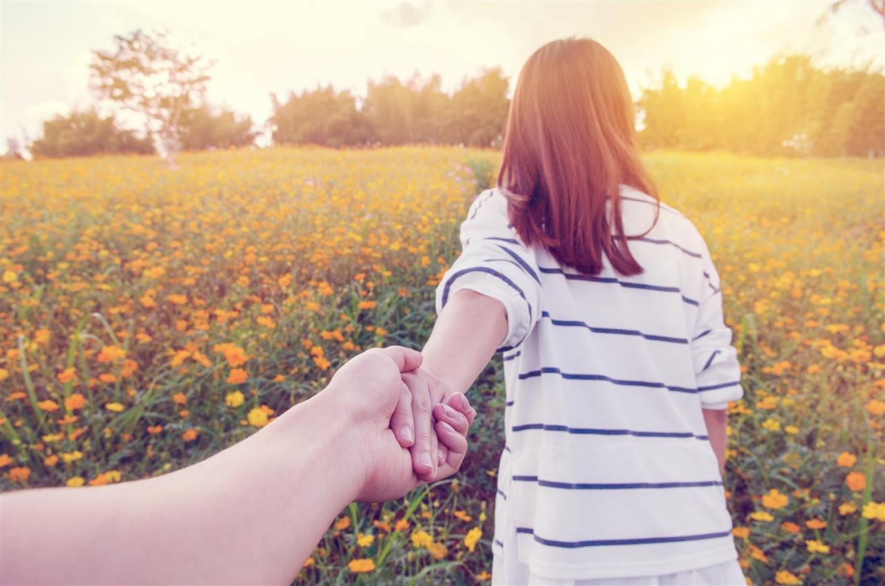 صور تفسير رؤية مسك اليد في المنام , خير قادم واشارات ربانية جميلة في هذا الحلم