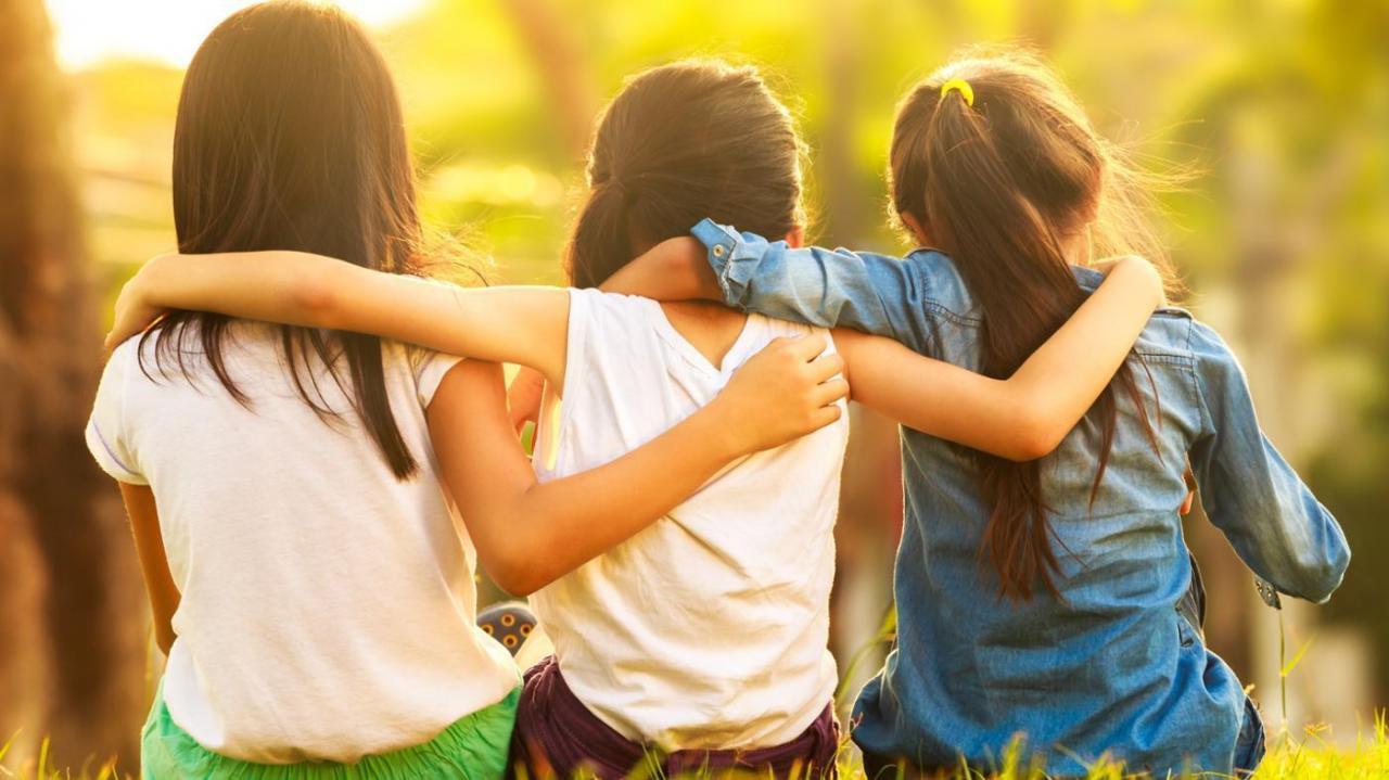 صورة كيف تجعل الاصدقاء يحبونك , كيفية توطيد العلاقة بين الاصدقاء