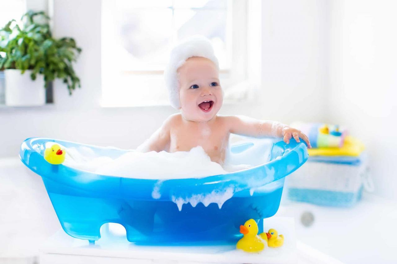 صور غسل الطفل في المنام , ما معني رؤيه الطفل يغسل في الحلم