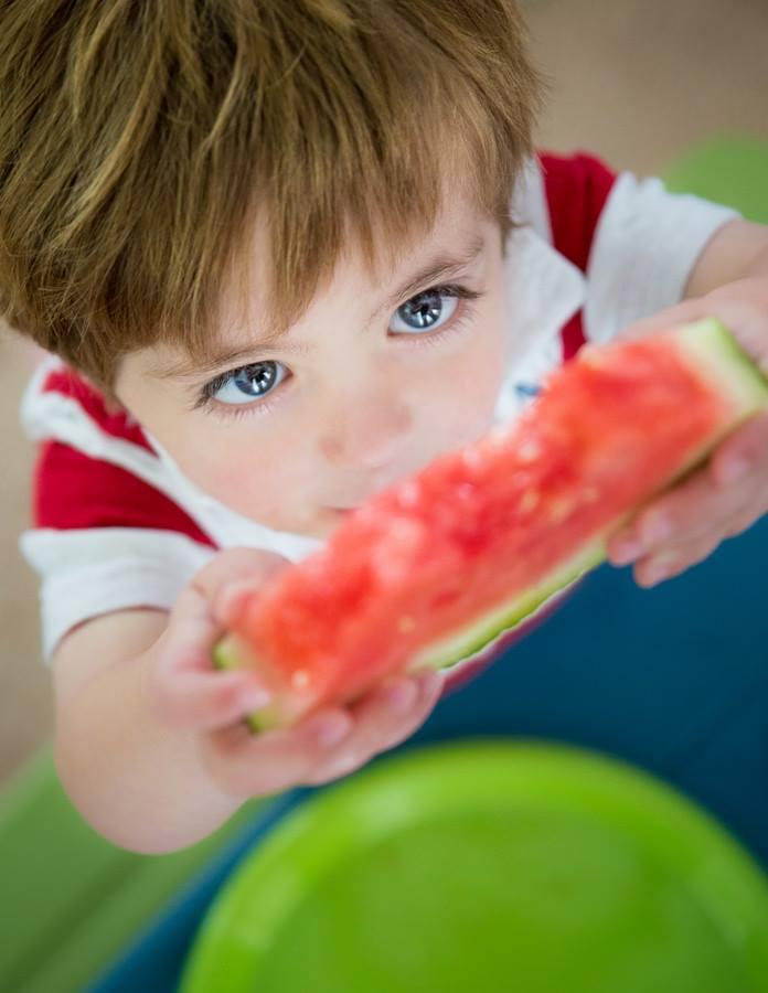 صور صورة طفل ياكل , البراءه والفكاهه فى صورة الاطفال وهما بياكلوا