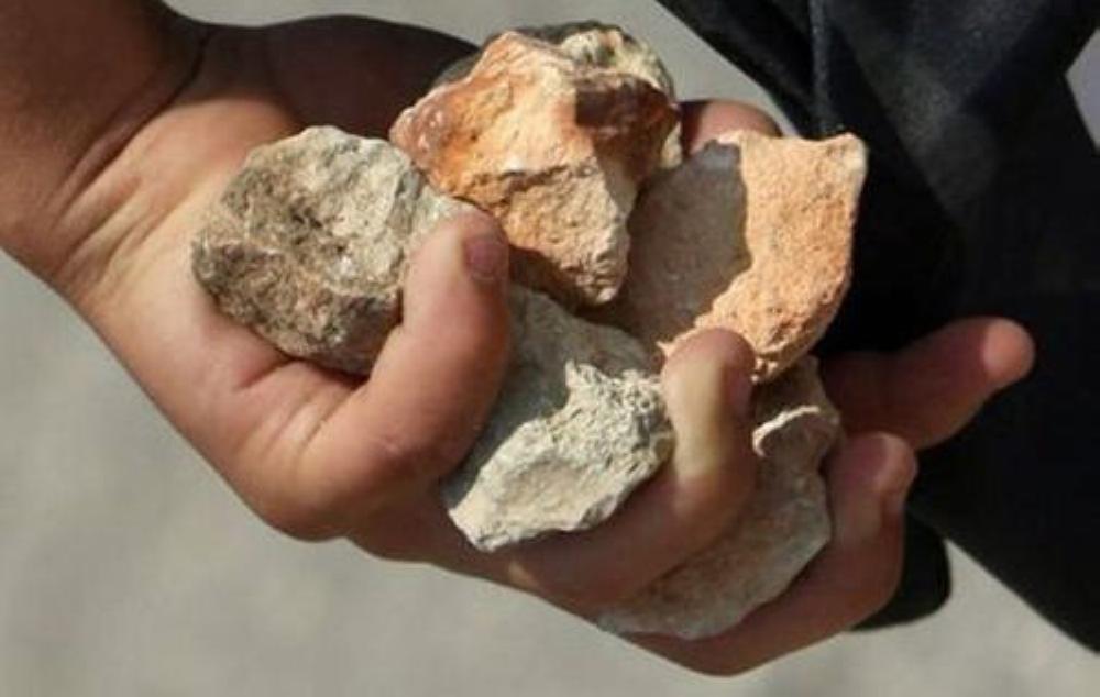 صورة تفسير حلم الرمي بالحجارة , حلمت بشخص يرمني بالحجارة